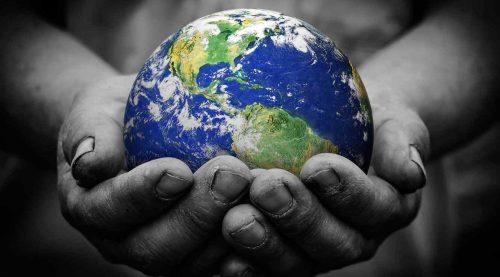 57bcef5cd4d88-planeta-tierra-en-manos